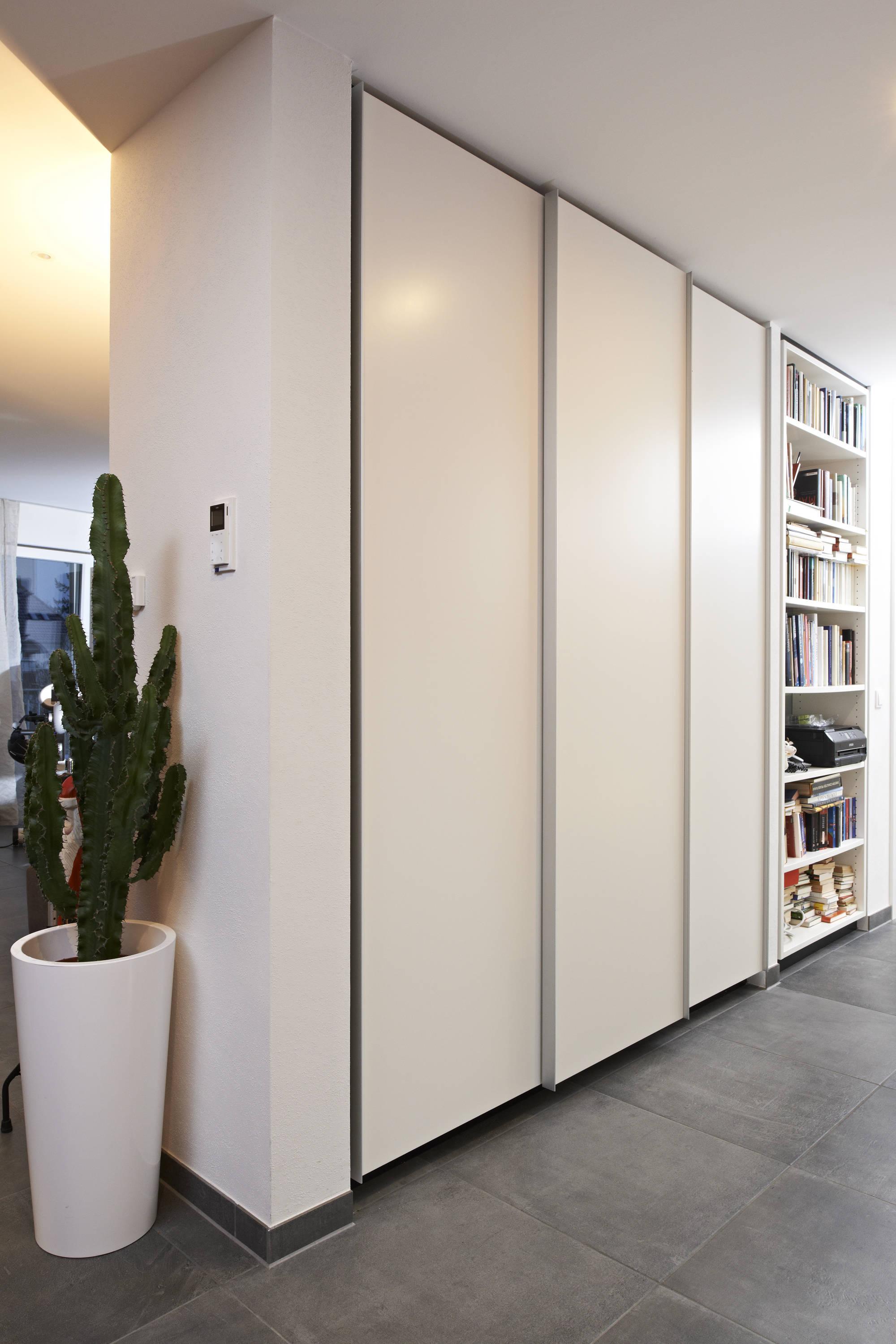 Exquisit Möbel Für Den Flur Foto Von Der Wandschrank Verfügt über Schiebetüren Mit Alu-griffleisten